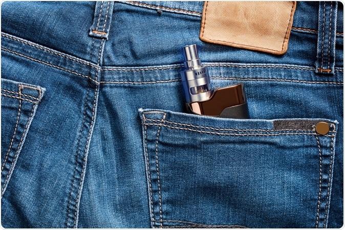Cigarette électronique dans la poche arrière d'un jean bleu.  Crédit d'image: Cagkan Sayin / Shutterstock