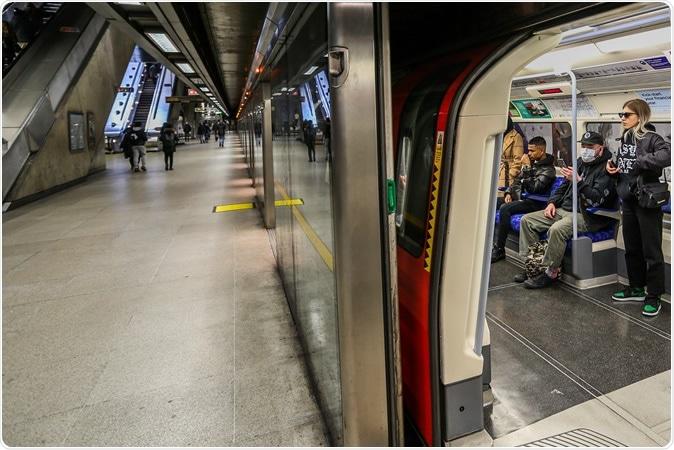 Les gens portant des masques faciaux prenant le métro de la ligne Jubilee. Crédit d'image: Vudi Xhymshiti / Shutterstock
