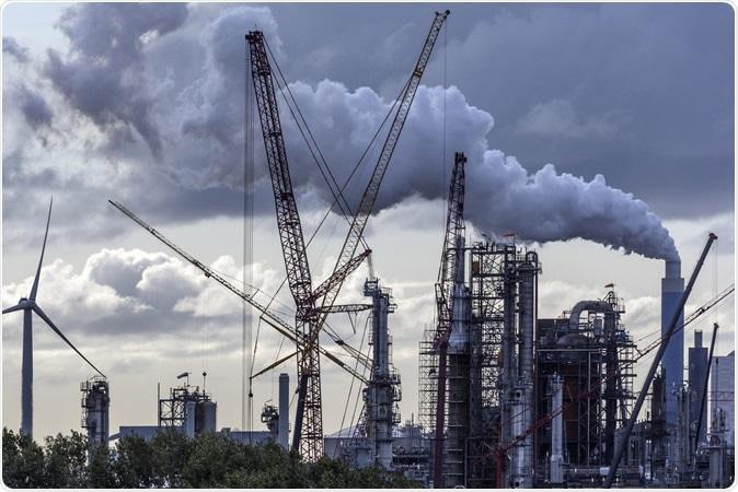 Pollution industrielle - un horizon industriel à Rotterdam - Pays-Bas. Crédit d'image: Steve Allen / Shutterstock